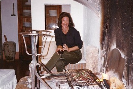 Jane F cooking in the fireplace of a Tuscan villa - Atticmag