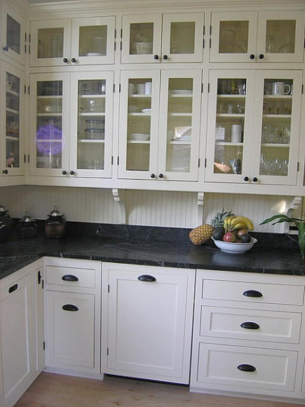 black and white kitchen in a Victorian cottage - gardenweb via Atticmag