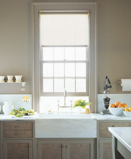 Martha Stewart's marble farm sink, backsplash and counters - Martha Stewart via Atticmag