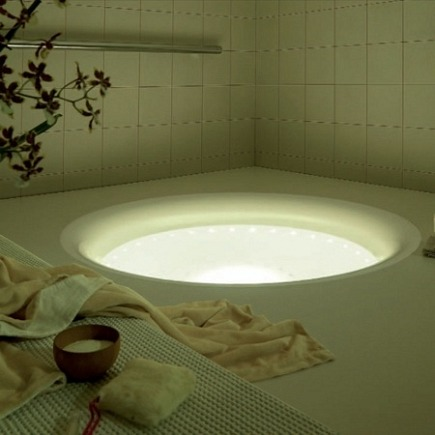 Kos geo recessed, lighted bathtub