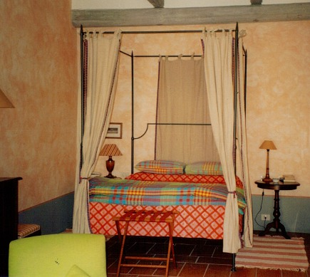 canopy bed - Tuscan iron canopy bed at the Sette Querce Hotel, San Casciano dei Bagni - Atticmag