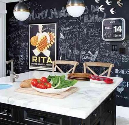 chalkboard paint kitchen walls - black and white kitchen with full blackboard painted wall - Pinterest via Atticmag