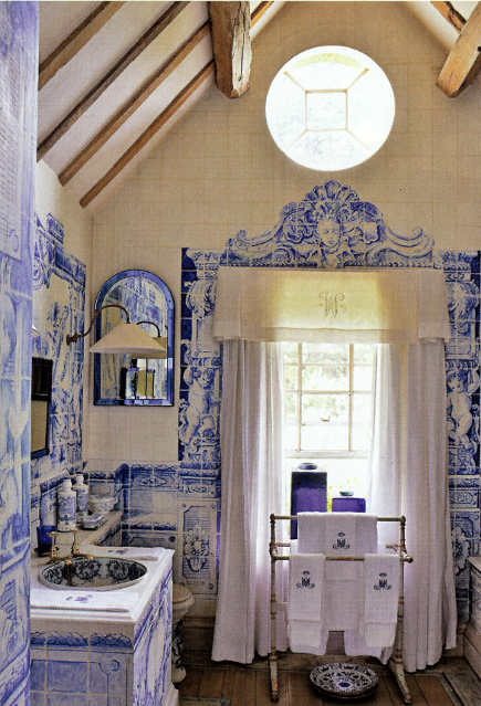 Anouska Hempel's blue and white bathroom with blue and white Delft tiles murals and detailing - Architectural Digest via Atticmag