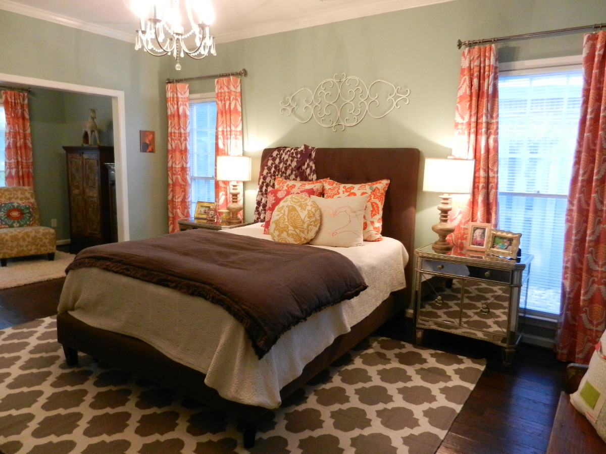 mater bedroom decorating ideas - eclectic master bedroom with Surya flatweave rug - Atticmag