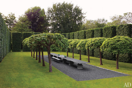 Anouska Hempel's outdoor garden dining room with giant topiary hedges - AD via Atticmag