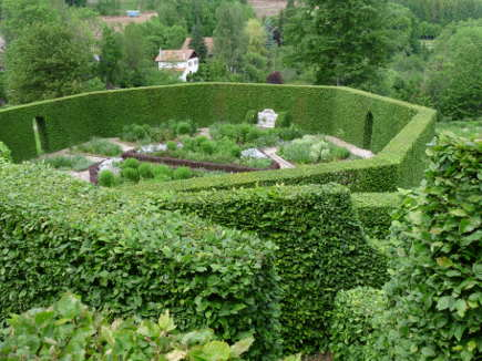 living walls - walled vegetable garden at Berchigranges - Wikicommons via Atticmag