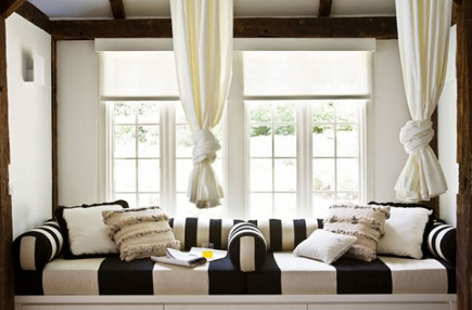 Double black and white stripe daybed in a pool house by Alexandra Loew – idesignarch via Atticmag