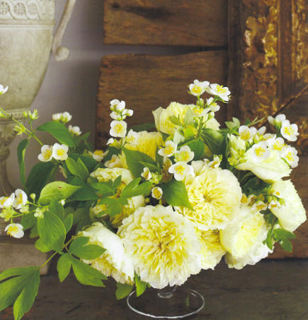 white flowers plus greenery by Nicolette Owen - Veranda via Atticmag