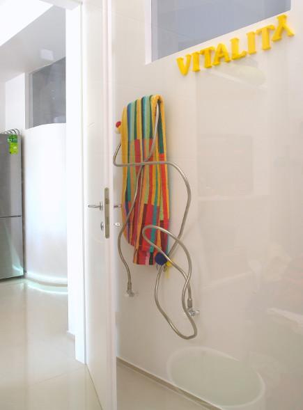 color block decor - detail of bath in white minimalist color block apartment in Budapest - Margeza via Atticmag