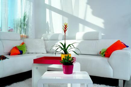 color block decor - White minimalist color block apartment in Budapest - Margeza via Atticmag