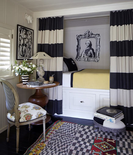 modern alcove bed with black and white curtains - Stephen Shubel via Atticmag