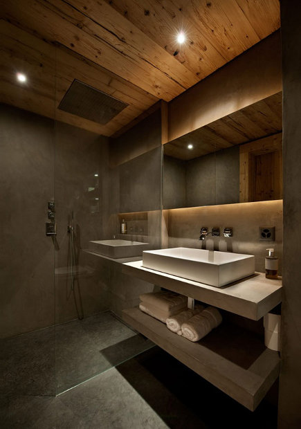 Modernist bath with pine plank ceiling in Swiss chalet – Ardesia Design via Atticmag