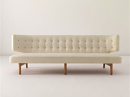White wool Vilhelm Lauritzen 1942 sofa with tufted back – Phillips Gallery via Atticmag