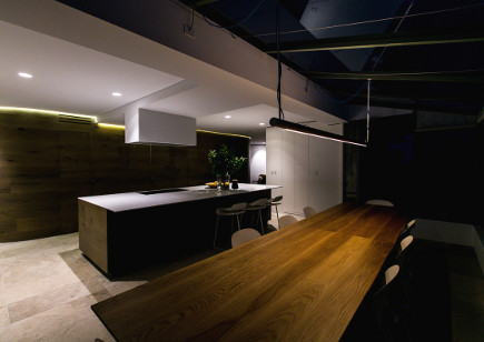 greenhouse area of Mafi curved oak plank kitchen with curved walls – CM Studio via Atticmag