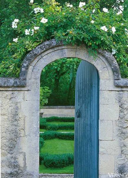 sevres blue garden gate - Veranda via Atticmag