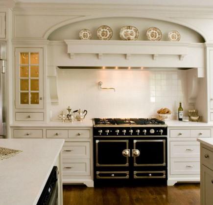 black French range by CornueFe in a white Victorian style kitchen – Brooks&Falotico via Atticmag