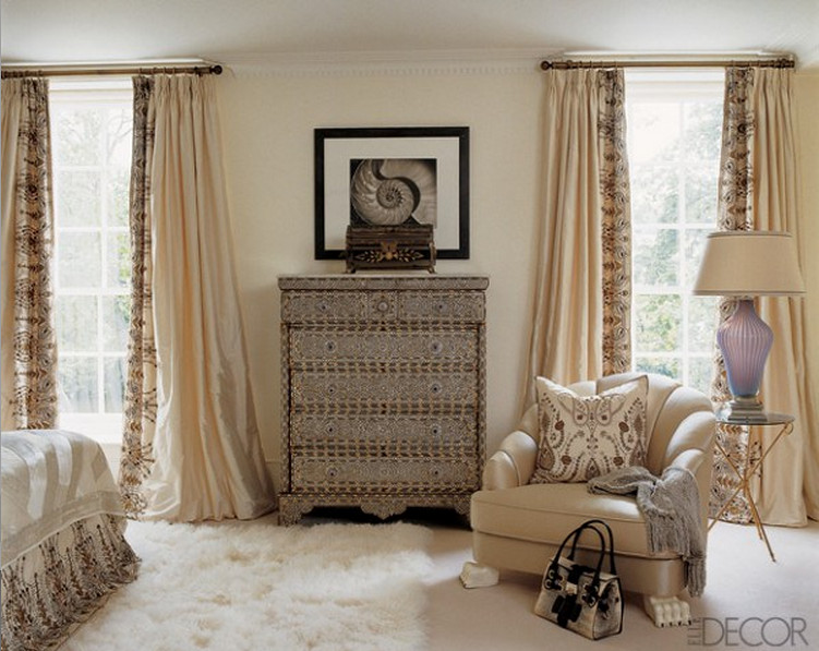 bedrooms - window view of Tamara Mellon's white bedroom by Martin Lawrence Bullard - Elle Décor via Atticmag