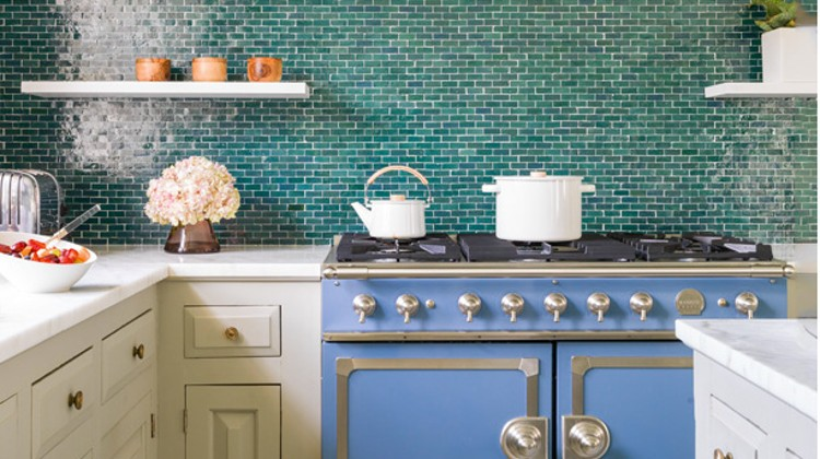 vibrant blue kitchen - Frank Roop's country kitchen with a Provence blue CornuFé range with a blue-green backsplash - AD via Atticmag