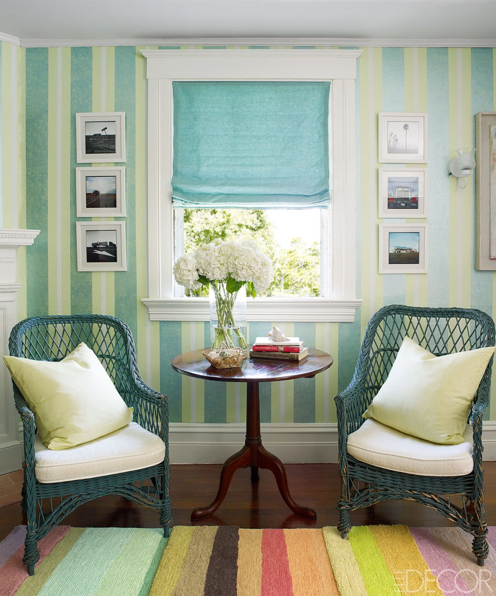striped décor - Long Island guest room of Amy Fine Collins has striped walls by Robert Hoven and a striped Gene Meyer carpet - Elle Décor via Atticmag