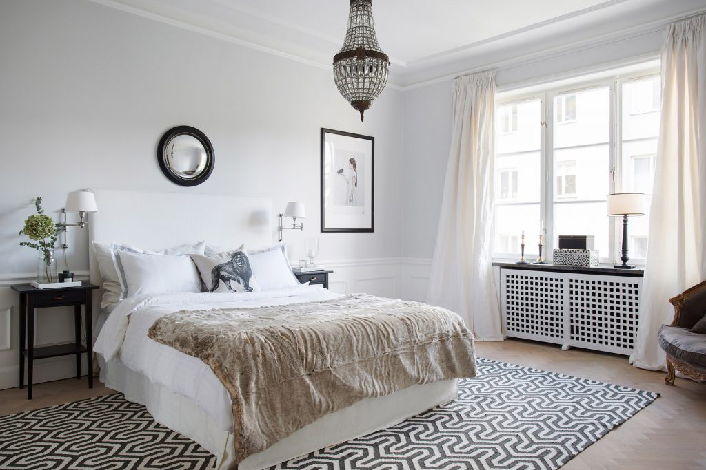 black accents in the carpet, tables, picture frame and mirror add contrast to a pale neutral bedroom by Sofia Jakerson-Tretow - skonahem via atticmag