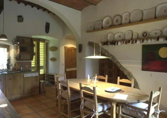 modern tuscan kitchen - table and chairs in the kitchen - Il Trebbio via Atticmag