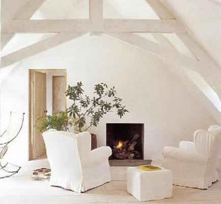white rooms - whitewashed sitting room with white furniture by Axel Vervoordt - Veranda via Atticmag