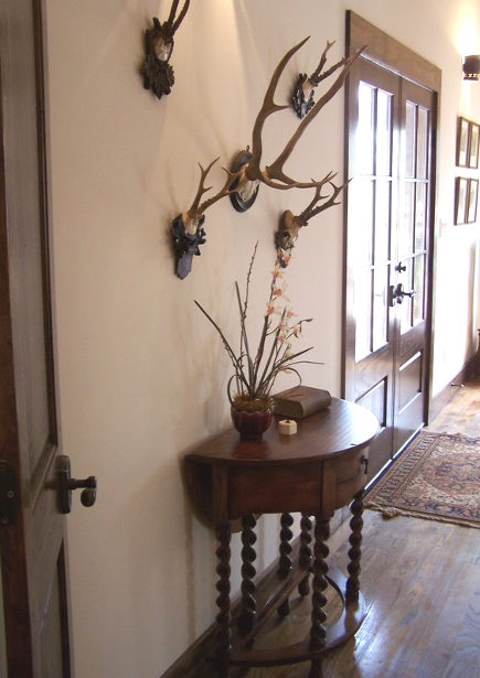 stone cottage details - antlers over a barley twist table in the master bedroom - atticmag