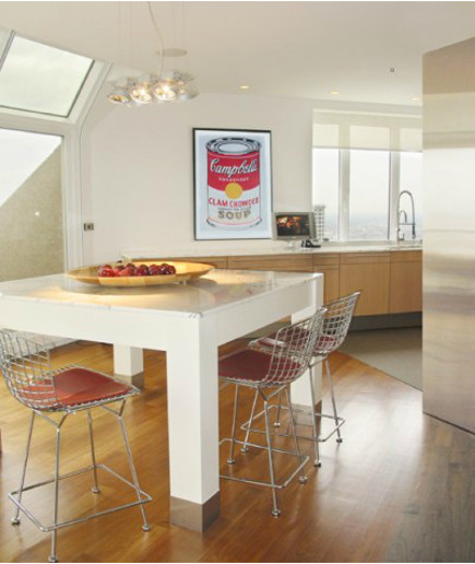 calacatta marble kitchen with custom calacatta marble topped table - Michael Richman Interiors via Atticmag