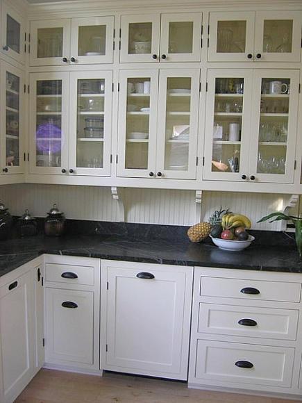 black and white kitchen in a Victorian cottage - gardenweb via Atticmag