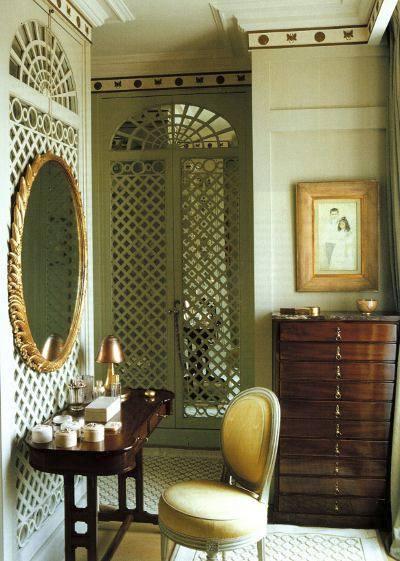 lattice walls - complex mirrored lattice walls in a dressing area and bathroom of a Paris apartment - WOI via Atticmag