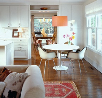small rugs - red prayer rug with vintage Saarinen tulip table and Eames chairs from Coburn Architecture - via Atticmag