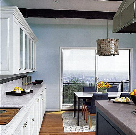Hollywood legend kitchen - renovated blue and white kitchen in Errol Flynn's former house - Met Home via Atticmag