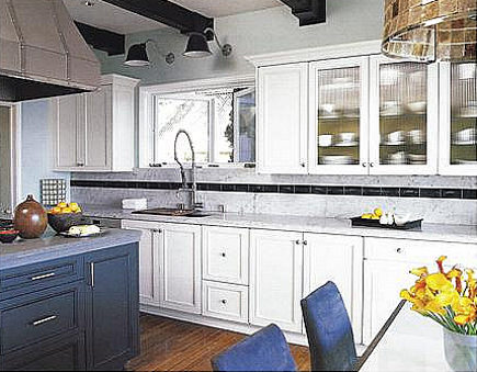 Hollywood legend - renovated blue and white kitchen in Errol Flynn's former house - Met Home via Atticmag