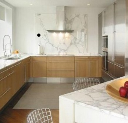 kitchen with calacatta d'oro marble as a main theme on walls and surfaces - Michael Richman Interiors via Atticmag