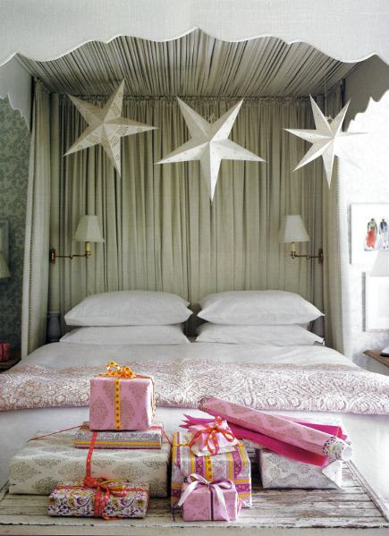 Christmas room - Master bedroom canopy bed with Christmas decorations and gifts - House and Garden via Atticmag