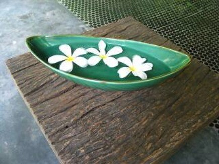 outdoor floating flower displays - zenlike display of an odd number of white flowers in a green ceramic bowl - via Atticmag