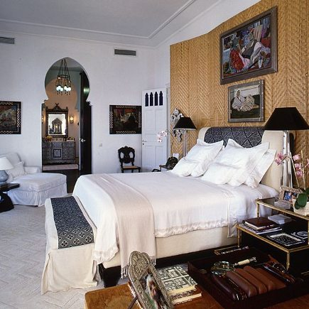 middle eastern style bedroom with woven fiber accent wall behind bed - Alberto Pinto via Atticmag