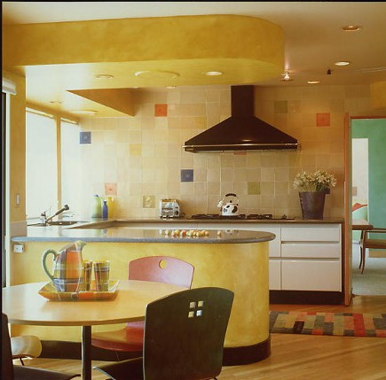 color block kitchen yellow kitchen that uses colors from a Mondrian painting - Linda Applewhite via Atticmag
