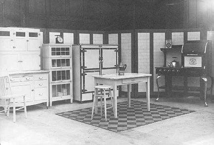 kitchen style - model kitchen of 1920 - via Atticmag