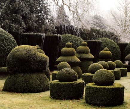 topiary garden - Haseley Court's sunken garden with a topiary chess set - picasa via Atticmag