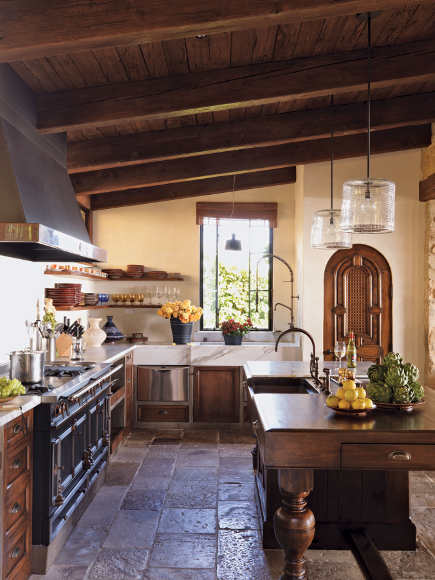 Italianate kitchen in Laguna Beach by Michael S. Smith - Rizzoli via Atticmag