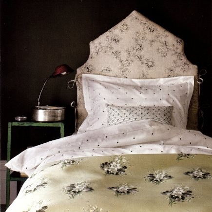 headboards - tall slipcovered headboard with center point and scalloped sides - House & Garden via Atticmag