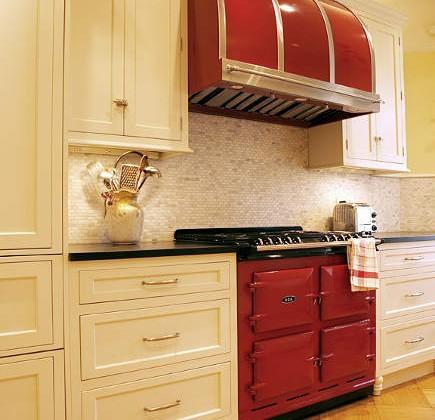 red Aga range - red Aga 6-4 range with matching Modernaire hood in a white kitchen - Atticmag
