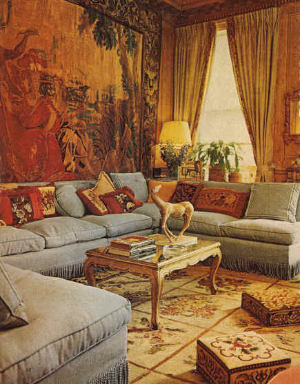 banquette sofas - 1980s living room with banquette sofa - W via Atticmag