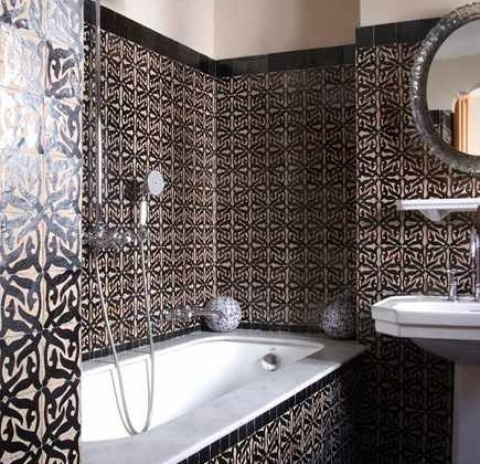 Moroccan tile bath with black and beige wall tiles - Hotel Nord-Pinus, Tangier via Atticmga