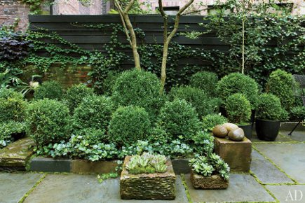 all green gardens - Julianne Moore's New York City all-green garden by Brian Sawyer - Architectural Digest via Atticmag