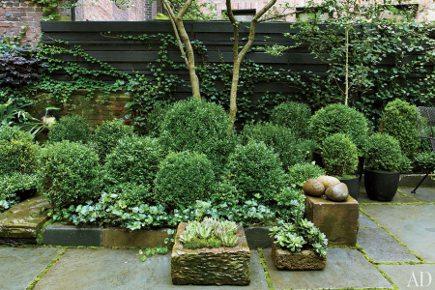 all green gardens - Julianne Moore's New York City all green garden by Brian Sawyer - Architectural Digest via Atticmag