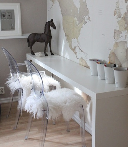 shearling area rugs used on Ghost chair seats - Tudo em Papelde Parede via Atticmag