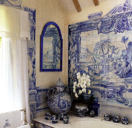 Anouska Hempel's blue and white tile bathroom with blue and white Delft tiles murals and detailing - Architectural Digest via Atticmag