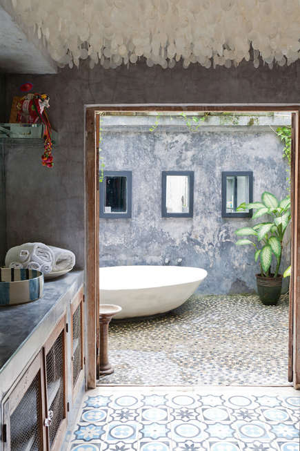 outdoor soaking tup - egg shape outdoor tub in a house by Valentina Audrito - homelife via atticmag
